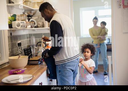 Familie backen Waffeln in der Küche - Stockfoto