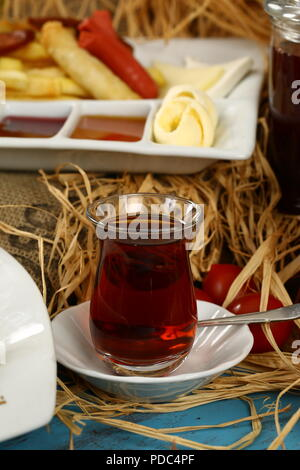 Türkischer Tee im Glas - Stockfoto