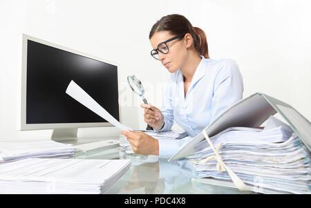 Business Woman in Office Dokumente und Verträge mit Lupe am Schreibtisch auf weißem Hintergrund sitzen - Stockfoto