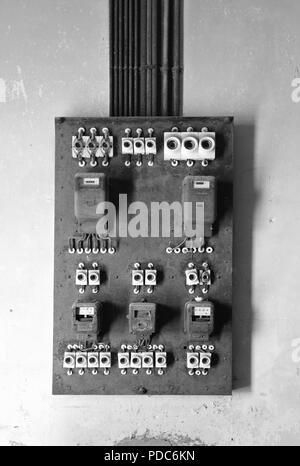 Alten Sicherungskasten mit einem Stromzähler und elektrische ...
