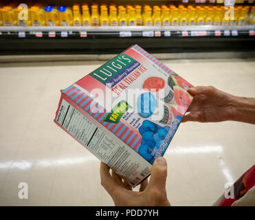 Zum Einkaufen in einem Supermarkt in New York wählt ein Paket von Luigi's Italian Ices, eine Marke von J&J Snacks am Montag, 30. Juli 2018. J&J Snack Foods berichtete vor kurzem über das Geschäftsjahr im dritten Quartal Gewinne, Beat die Erwartungen der Analysten. Das Unternehmen hat die Umsatzerlöse, die jedes Quartal seit 46 Jahren steigerte. (© Richard B. Levine) - Stockfoto