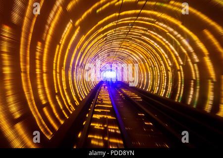 Helle Streifen. Lange Belichtung von der Bahn durch den Bund Sightseeing Tunnel in Shanghai. - Stockfoto