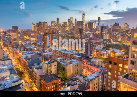 New York, New York, USA Financial District Skyline von Lower East Side in der Abenddämmerung.