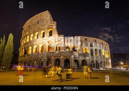 Römischen Kolosseum (Kolosseum) in der Nacht, eine der wichtigsten Städte in Rom. Italien. - Stockfoto