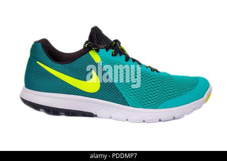 Grün Nike Flex Erfahrung RN5 Laufschuh schneiden Sie auf weißem Hintergrund - Stockfoto