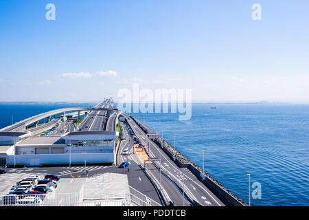 Panorama aus der Vogelperspektive top Luftbild mit schönen Meer mit Autobahn Straße unter dramatischen klare Leuchten und Fantasy blue sky in Umi Hotaru Parkplätze - Stockfoto