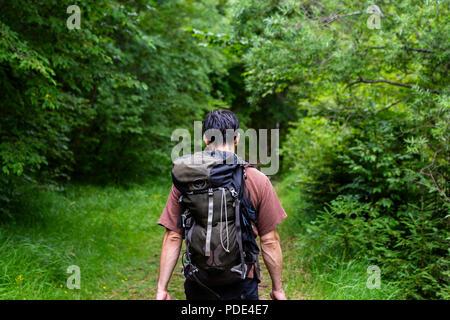 Ein Mann, der allein durch die Wüste wandern - Stockfoto