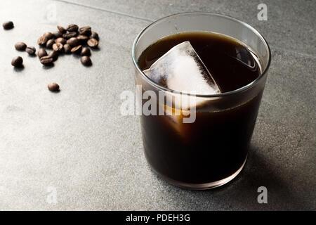 Kalter Kaffee brühen mit Eis. Organische Sommer trinken. - Stockfoto