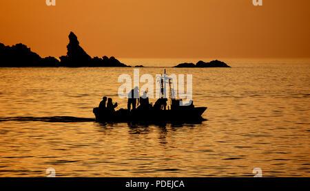 Vater und Söhne arbeiten durch die Nacht, Fische zu fangen, - Stockfoto
