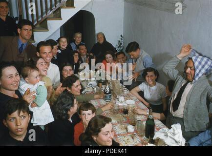 1960 s, Familienfeier, verschiedene Generationen einer Familie gemeinsam um einen Tisch feiern einen besonderen Anlass, Spanien. - Stockfoto