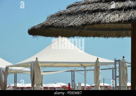 Sonnenschirme am Strand - Stockfoto