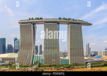Marina Bay Sands gesehen von oben auf die Supertrees - Stockfoto