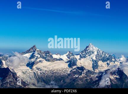 Ein Blick auf die zerklüfteten Gipfel in den Schweizer Alpen - Stockfoto