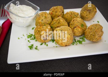 Falafel ball und dip Sauce - Stockfoto