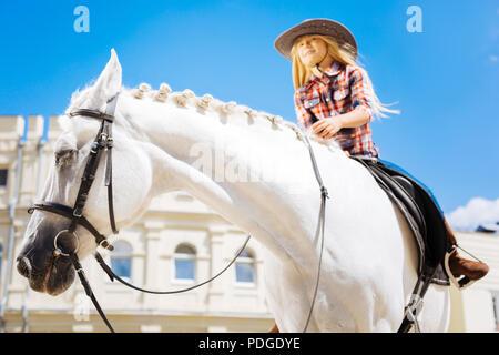 Stilvolle cowboy Mädchen mit braunen Reitstiefel Reiten - Stockfoto