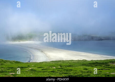 Blick über die Sandbank im Nebel von St Ninian's Isle, größte Tombolo in Großbritannien, Dunrossness, Festland, Shetlandinseln, Schottland, Großbritannien - Stockfoto