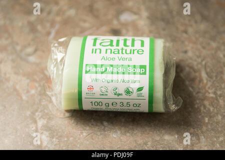Ethische Consumer product - Glauben in der Natur feste Seife Informationen label-Cruelty Free, biologisch, vegan Symbole - Stockfoto