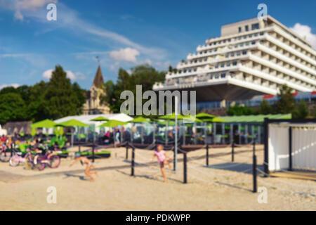 Goldenen Sandstrand der Ostsee mit Hotels und bunten Liegestühle an einem sonnigen Sommertag. Verschwommen - Stockfoto