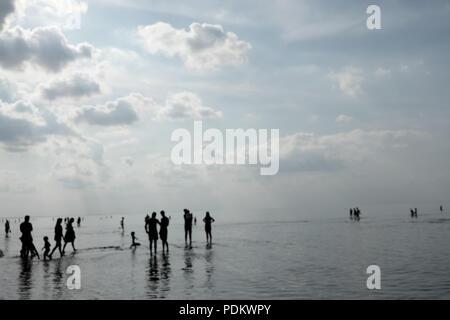 Familien mit Kindern von Touristen am Strand entlang spazieren im Sommer Ostsee bei Ebbe - Stockfoto