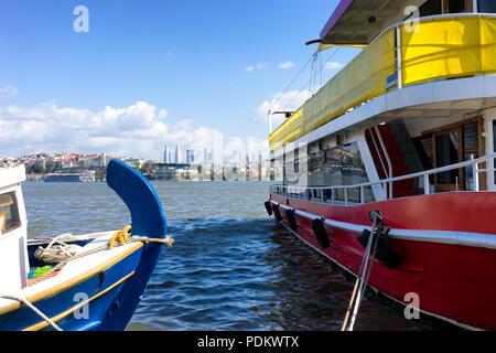 Schiffe sind an der Pier an einem sonnigen Tag auf dem Hintergrund der Panorama von Istanbul. Türkei - Stockfoto