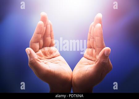 Nahaufnahme der Hand fangen das helle Sonnenlicht - Stockfoto