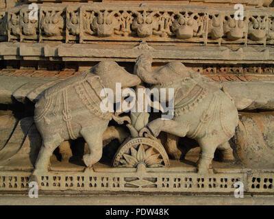 Carven auf einen Tempel Wand - Elefant Kampf - Stockfoto