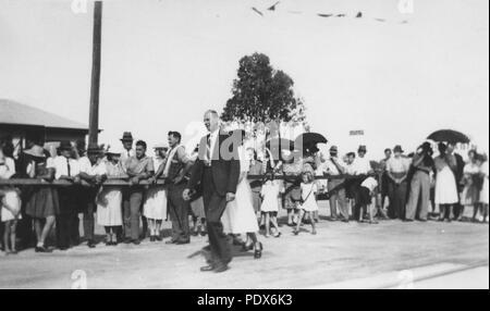 261 StateLibQld 1 294695 einladende Partei die erste Chermside Straßenbahn, 1947 zu begrüßen - Stockfoto