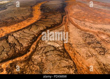 Abstrakte Sicht der Mineralien des Grand Prismatic Spring, Midway Geyser Basin, Yellowstone National Park - Stockfoto