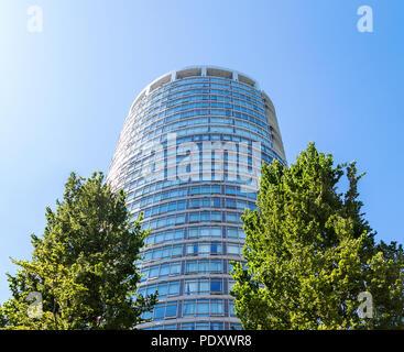 DOWNTOWN VANCOUVER, BC, Kanada - 30. Juni 2015: Die PALISADEN Wohnhaus zwischen zwei Bäumen in der Innenstadt von Vancouver - Stockfoto