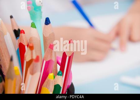 Der Lernprozess in den Hintergrund, in den Vordergrund Buntstifte - Stockfoto
