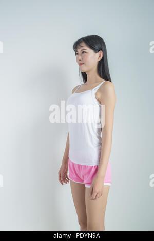 Schöne Mädchen, auf einem grauen Hintergrund isoliert - Stockfoto