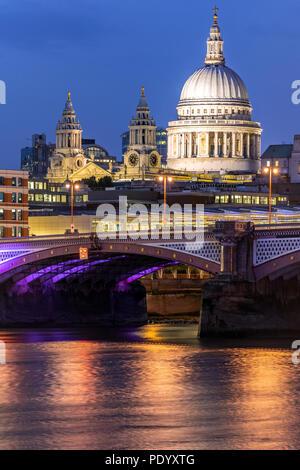 St. Paul Kathedrale mit Themse Sonnenuntergang Dämmerung in London UK. - Stockfoto