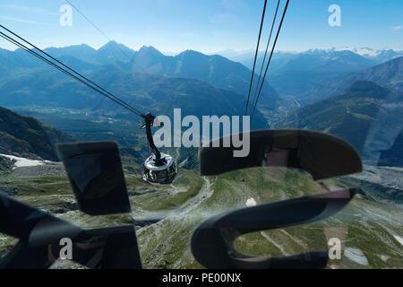 COURMAYEUR, ITALIEN, 2. AUGUST: Blick von einer Kabine aus der Skyway während der Klettern auf der Panoramaterrasse Punta Helbronner in der Nähe von Monte Bianco (Mont Blanc) - Stockfoto