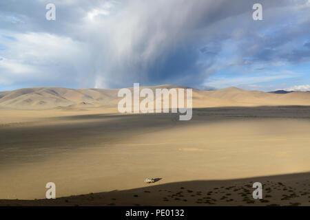 Gewitterwolken und starten Rainbow auf einer trockenen Gegend der Provinz Bayan-Ólgii in der Mongolei. Overlander Truck im Vordergrund - Stockfoto