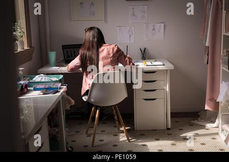 Fashion Designer arbeiten in der Design Studio - Stockfoto