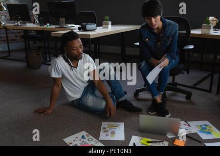 Geschäftsfrau mit digitalen Tablet-PC und Laptop diskutieren über Dokumente - Stockfoto