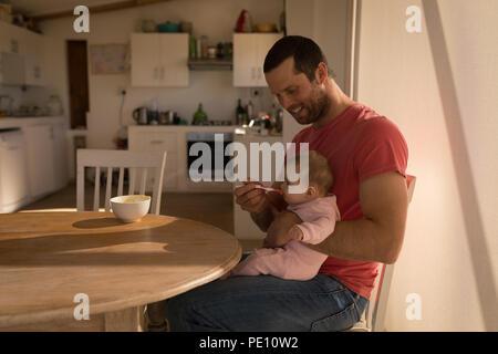 Vater Fütterung sein baby boy mit Löffel - Stockfoto