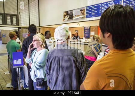 Miami Beach Florida Washington Avenue US Post Office Frauen Männer Linie Kunden warten, Geduld Porto Post Service Briefe ver- - Stockfoto