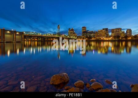 Portland Oregon Downtown Skyline von Hawthorne Bridge von eastbank Esplanade am Abend blaue Stunde - Stockfoto