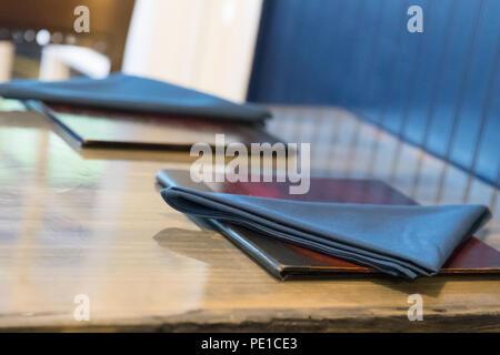 Serviette und Menü Buch über Holz- Hintergrund - Stockfoto
