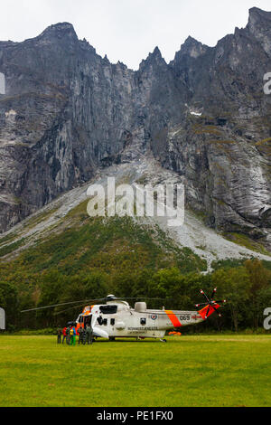 Sea King Hubschrauber von der norwegischen Luftwaffe am Boden in Romsdalen Valley während rescue Training in 2016, Østfold, Norwegen. - Stockfoto