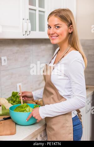 Schöne Frau, die Mahlzeit in Ihrer Küche. - Stockfoto
