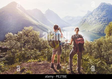 Reisen, ein paar Wanderer mit Rucksack entspannende und Fotos während der Wanderung auf dem Berg - Stockfoto