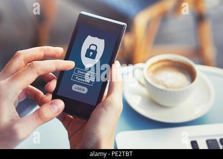 Login mobile App, Cybersecurity, privaten Zugang mit Benutzername und Passwort zu personenbezogenen Daten, Konzept auf dem Bildschirm des Smartphones - Stockfoto