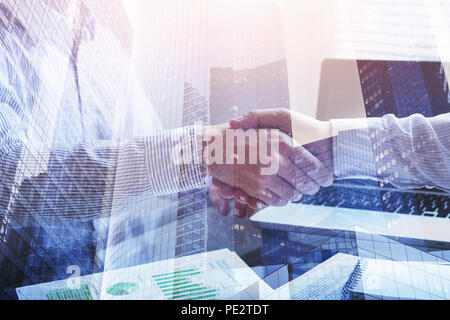 Zusammenarbeit Konzept, business meeting Double Exposure, Handshake closeup im Büro Hintergrund - Stockfoto