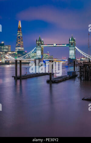 Skyline der Stadt bei Sonnenuntergang mit London Tower Bridge und The Shard auf der Themse in England - Stockfoto
