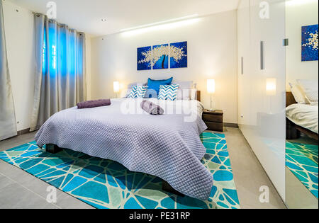 Schränke Auf Der Seite · Große, Helle Moderne Schlafzimmer Mit Einem King  Size Bett, In Grün  Und Blautönen