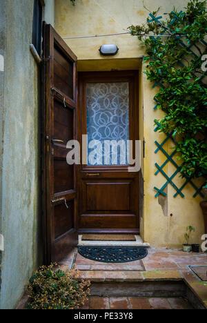 Toskana - 30. Mai: eine alte hölzerne Tür in Pienza, Toskana, Mai 30,2018. - Stockfoto