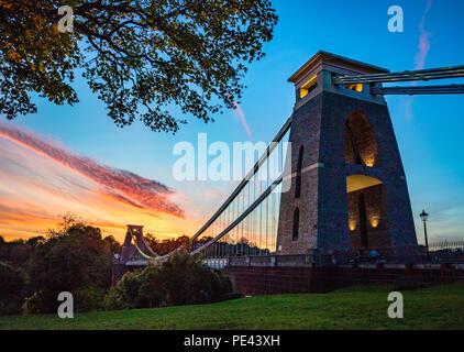 Clifton Suspension Bridge in der Dämmerung - Bristol GROSSBRITANNIEN - Stockfoto