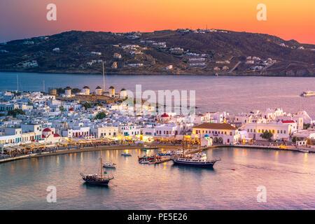 Mykonos Hafen mit Booten und Windmühlen, die Kykladen, Griechenland - Stockfoto
